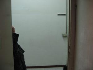Minimalismi e decentramenti, fine corridoio con porta 28 dic12